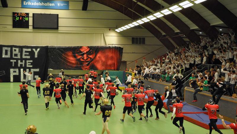 De rödklädda herrspelarna från Hersby sprang in på planen och jublade över  siffrorna 12-48. Matchen slutade 12-54. Foto  Alice Göransson 5775a66c65dac
